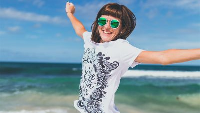 woman happy 400x226 - 3 Möglichkeiten, wie sich die Feiertage einer Gesellschaft positiv auswirken können